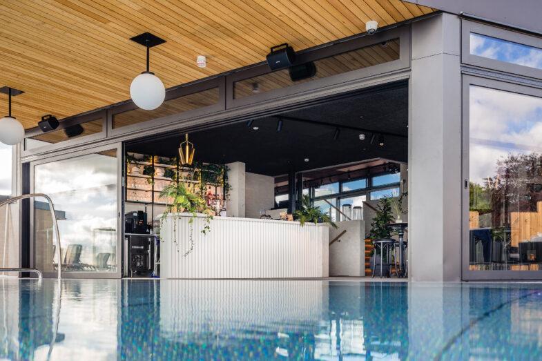 Infinity pool och bar på rooftop spa.