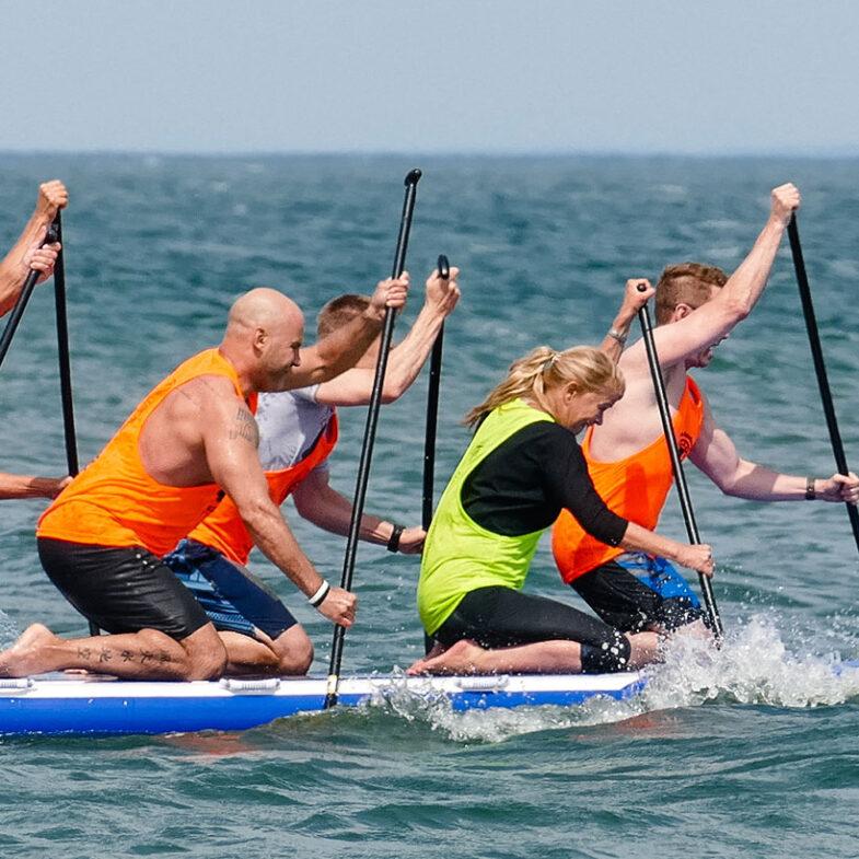 flera personer samarbetar i konferensaktivitet på sup i havet.