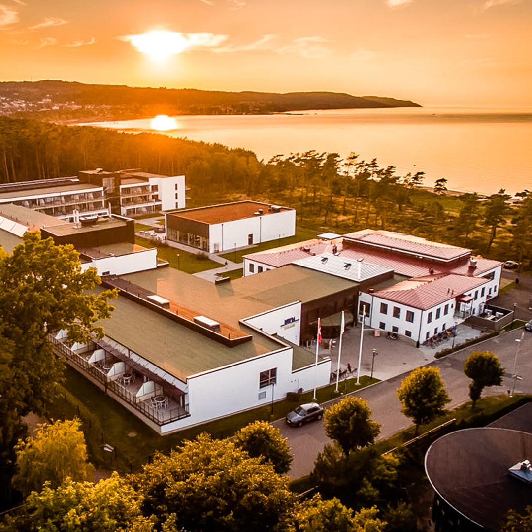 Flygbild på Hotel Riviera Strand i solnedgång.