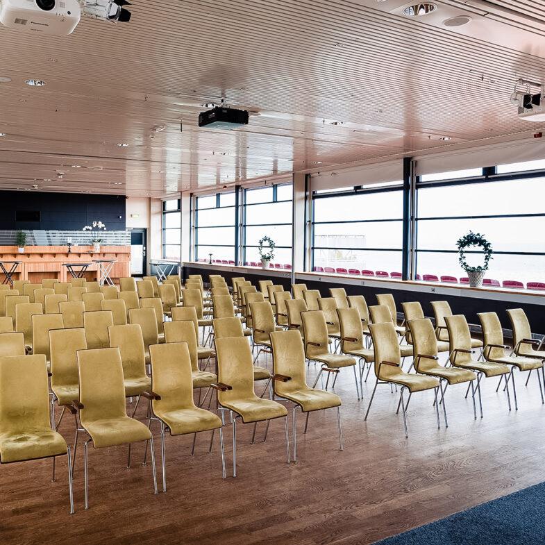 Större konferenslokal möblerad i biosittning.