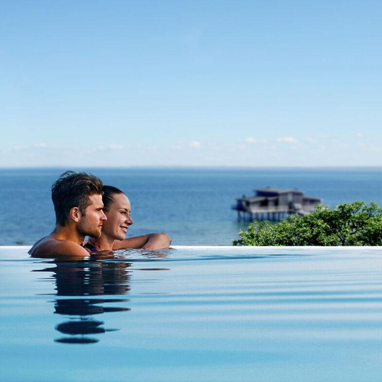 Rooftop Spa par i horisontpool med utsikt mot havet och Kallbadhuset