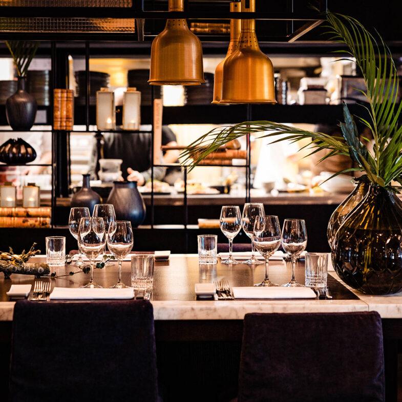 Dukat bord i för flera personer i restaurang.
